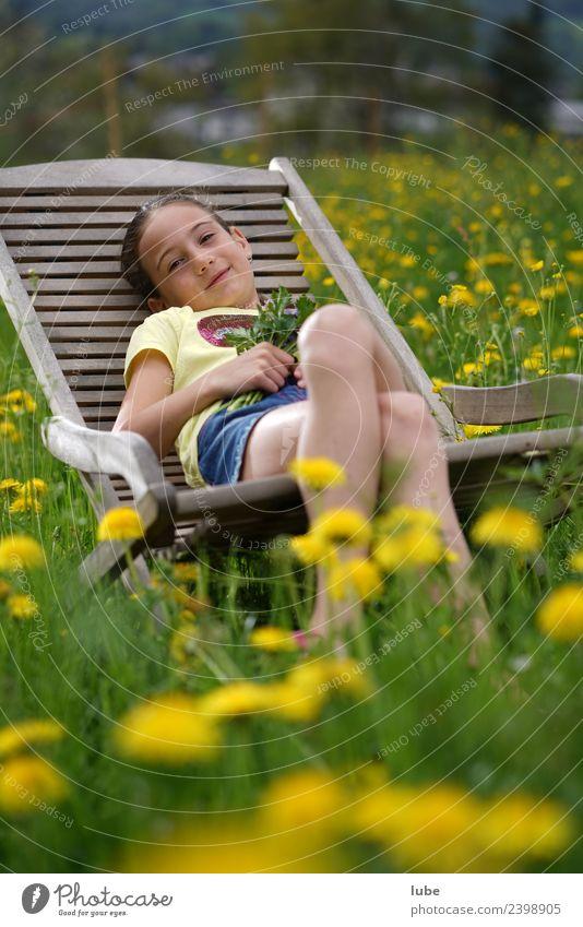 Frühlingsrast Kind Mensch Natur Ferien & Urlaub & Reisen Sommer Pflanze Landschaft Erholung ruhig Mädchen Wiese feminin Garten Freiheit Zufriedenheit