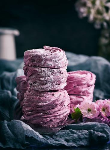Marshmallows mit schwarzen Johannisbeeren Dessert Süßwaren natürlich oben weich grau rosa Mousse Serviette luftig Hintergrund Kuchen Konfekt kochen & garen