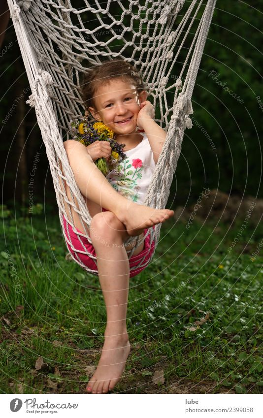 Hängematte Wellness harmonisch Wohlgefühl Zufriedenheit Erholung ruhig Mädchen 1 Mensch 3-8 Jahre Kind Kindheit Frühling Garten Park hängen Farbfoto