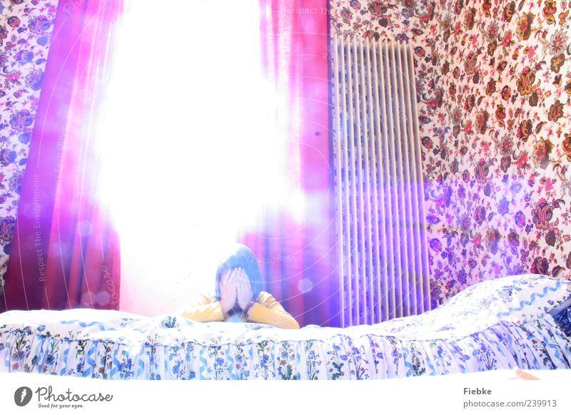 La vie est ailleurs Bett Schlafzimmer Junge Frau Jugendliche 1 Mensch Fenster Denken Erholung genießen träumen weinen hell Wärme mehrfarbig rot Gefühle Schutz