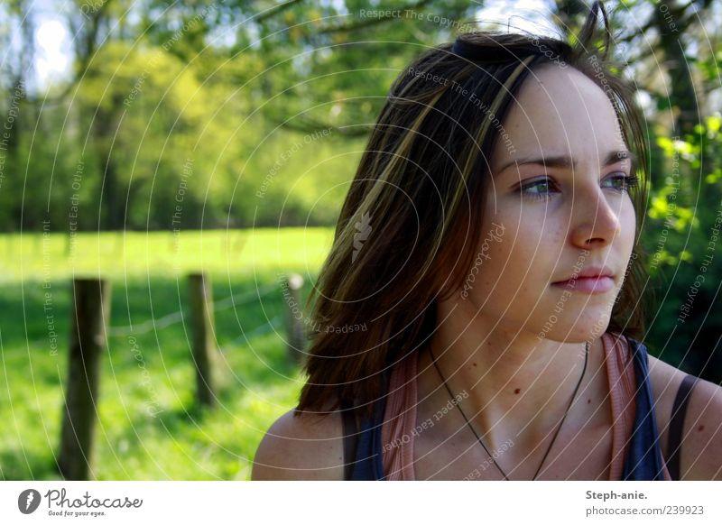 Hope & Peace. Mensch Natur Jugendliche grün Sommer Junge Frau Wiese feminin Denken natürlich nachdenklich Schönes Wetter Idylle 13-18 Jahre beobachten Neugier