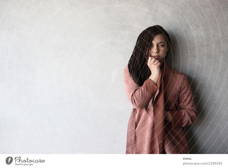 Nikolija feminin Frau Erwachsene 1 Mensch Mauer Wand Mantel Haare & Frisuren brünett langhaarig geflochten Braids beobachten festhalten Blick stehen schön