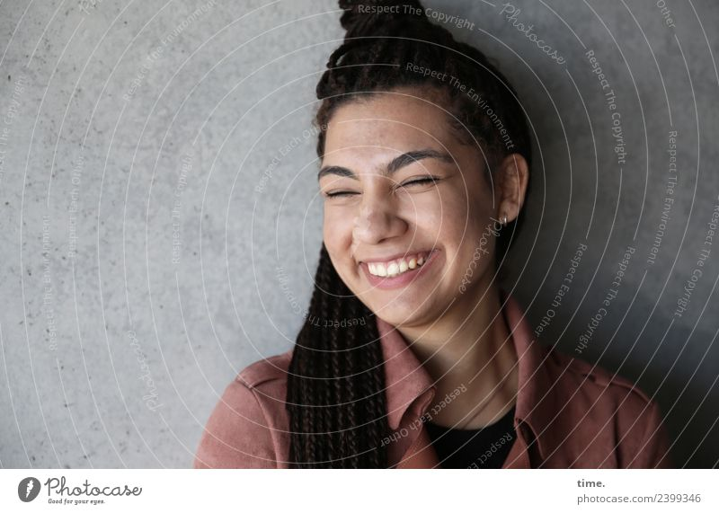 Nikolija feminin Frau Erwachsene 1 Mensch Mauer Wand Mantel Haare & Frisuren brünett langhaarig Locken Lächeln Freundlichkeit Fröhlichkeit schön Leidenschaft