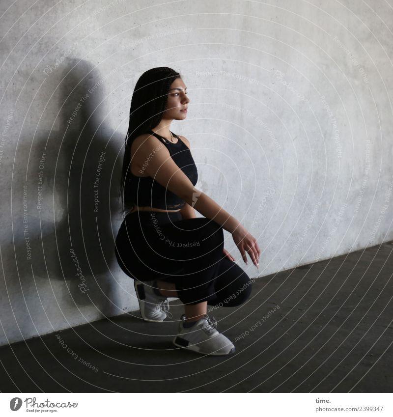 Nikolija Sport feminin Frau Erwachsene 1 Mensch Mauer Wand T-Shirt Hose Turnschuh brünett langhaarig beobachten hocken Blick warten dunkel muskulös schön