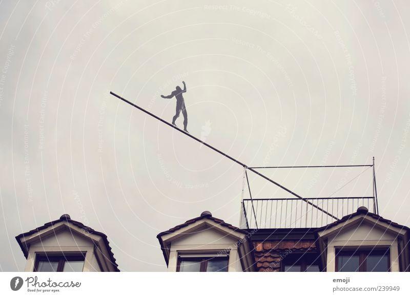 der Balanceakt zwischen 1 Mensch Himmel Haus Fenster grau Gleichgewicht Höhe Installationen Kunst falsch Mut Mutprobe Risiko gefährlich Farbfoto Außenaufnahme
