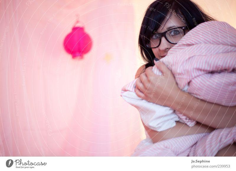 good morning everybody feminin Junge Frau Jugendliche 1 Mensch 18-30 Jahre Erwachsene Umarmen Neugier niedlich verrückt rosa Bettdecke Brillenträger verstecken