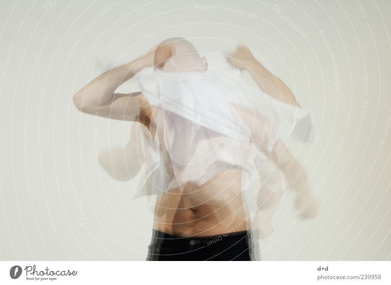 <*> maskulin Stress T-Shirt entkleiden Bekleidung Eile Model anziehen Oberkörper Doppelbelichtung Glatze Aggression Bauchnabel weiß grau Wahnsinn Mann Wut