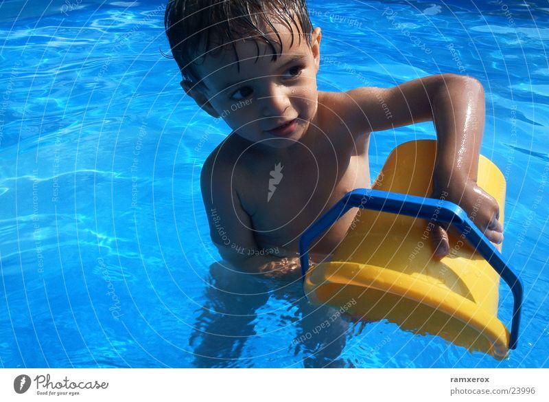 Wasserspiele Mann Wasser Sommer Schwimmbad Kleinkind