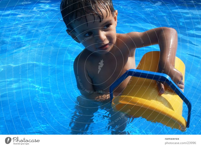 Wasserspiele Mann Sommer Schwimmbad Kleinkind