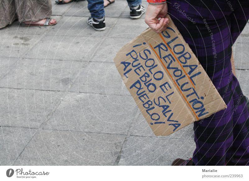 stiller Protest Hand Beine Valencia Spanien Hose Schuhe Schriftzeichen stehen Gefühle Willensstärke Menschlichkeit Hoffnung träumen Traurigkeit Bewegung