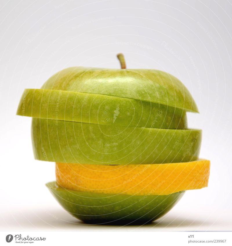 Vitaminbombe II Farbfoto Menschenleer Freisteller Hintergrund neutral Kunstlicht Blitzlichtaufnahme Licht Kontrast hell Apfel Ernährung Lebensmittel Bioprodukte