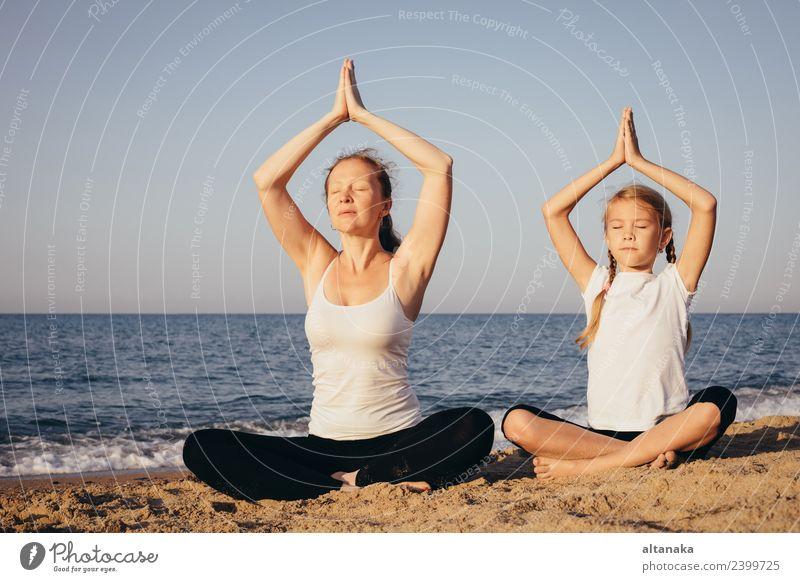 Mutter und Tochter machen Yoga-Übungen am Strand. Lifestyle Freude Glück Körper Wellness harmonisch Erholung Meditation Freizeit & Hobby Camping Sommer Sport