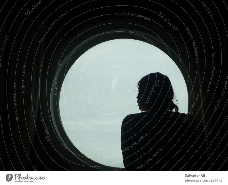 Wovon sollen wir träumen? Jugendliche schön Ferne feminin Gefühle grau Metall Junge Frau Glas groß nachdenklich Neugier Fernweh verträumt Kreuzfahrt Denken