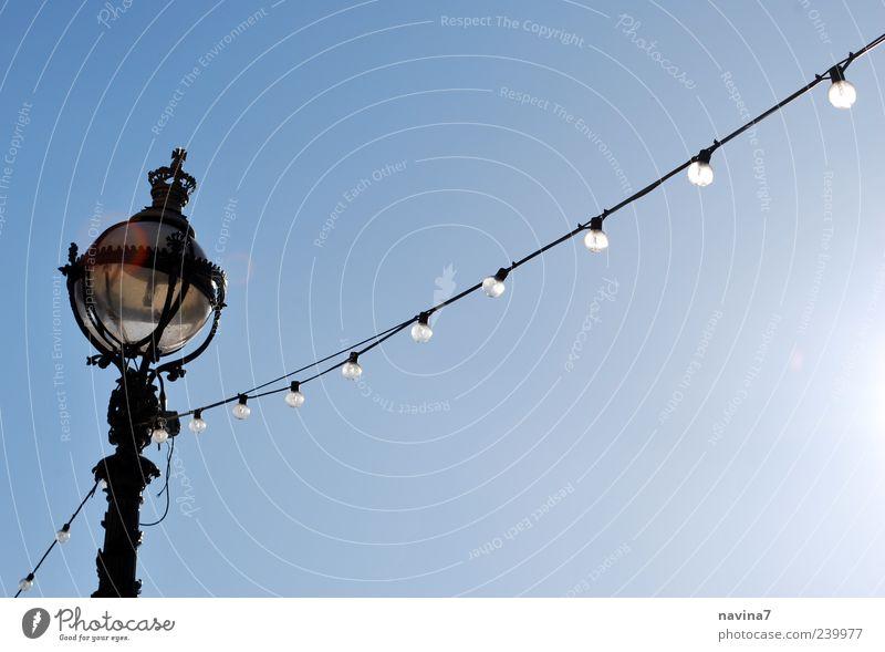 Lichterkette Lampe Kabel Wolkenloser Himmel leuchten blau Nostalgie Farbfoto Außenaufnahme Menschenleer Textfreiraum rechts Hintergrund neutral Tag Glühbirne