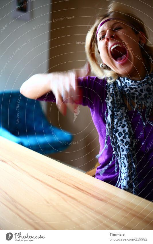 Schrei dich frei Junge Frau Jugendliche 18-30 Jahre Erwachsene Schal blond schreien Aggression außergewöhnlich bedrohlich schön verrückt trashig Wut Ärger