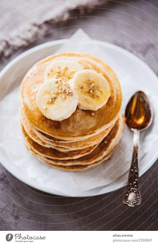 Vegane Pancakes mit Bananen und Ahornsirup Pancake Rocks Kuchen Dessert Backwaren Amerikaner Tradition süß Vegane Ernährung lecker Frucht backen