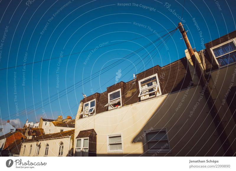 Blick aus dem Fenster auf Fassade in Brighton England Stadt Haus Bauwerk Gebäude Architektur ästhetisch Elektrizität Kabel Strommast Sonnenstrahlen Schatten