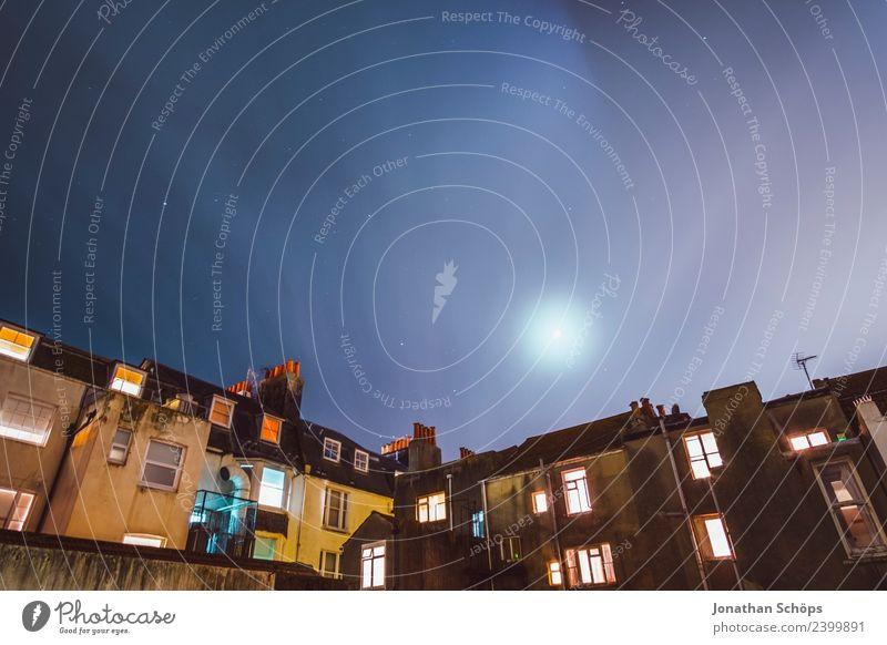 Über den Dächern VI Himmel Stadt Haus Fenster Architektur kalt Beleuchtung Gebäude Fassade Europa Armut Schutz Sicherheit geheimnisvoll Mond Hafenstadt
