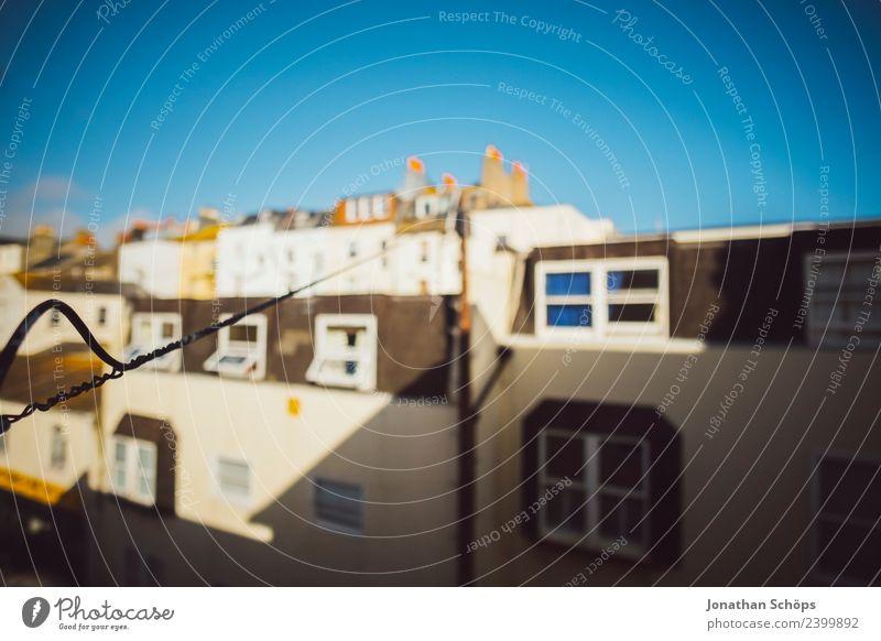Blick aus dem Fenster auf Fassade in Brighton England Stadt Haus Architektur Gebäude Häusliches Leben ästhetisch Elektrizität Bauwerk Kabel Wohnhaus