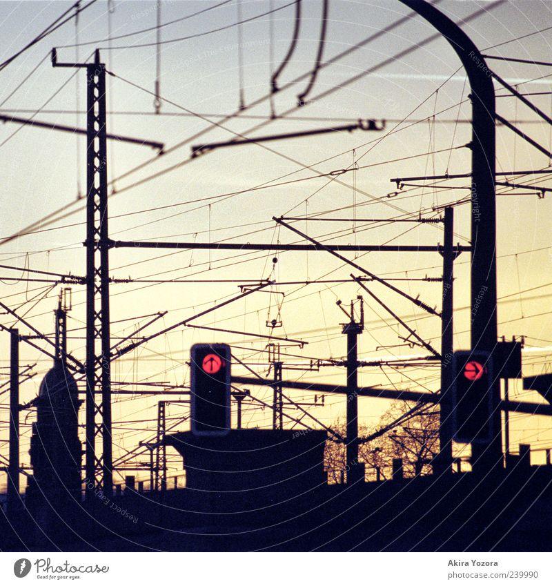 Oben rechts Ampel Fahrleitungsmast Verkehr Verkehrswege Schienenverkehr leuchten blau gelb rot Farbfoto Außenaufnahme Detailaufnahme Menschenleer Dämmerung