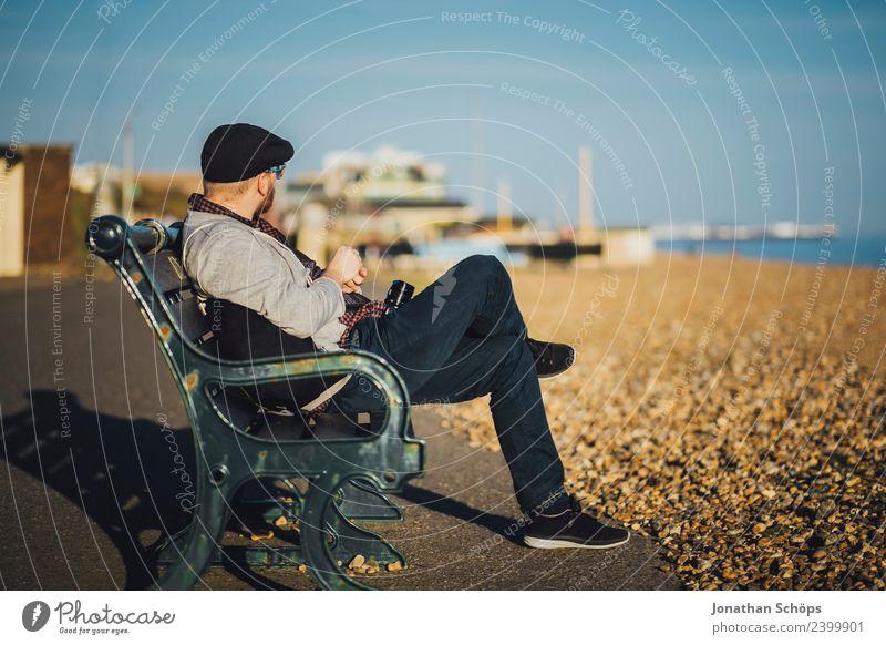 Tourist sitzt auf einer Bank am Strand Mensch Himmel Ferien & Urlaub & Reisen Stadt Sonne Meer Erholung Leben Küste Tourismus Freiheit Ausflug Zufriedenheit
