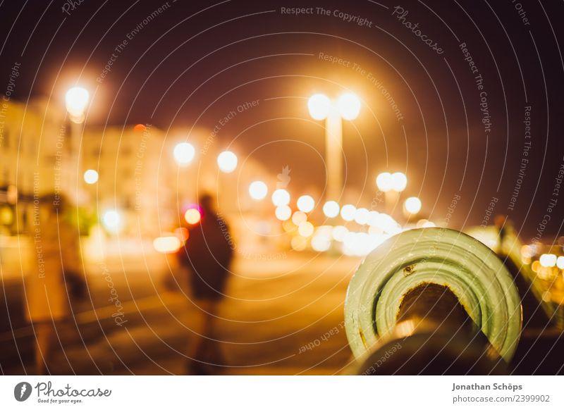 Straße an Strandpromenade Mensch Stadt dunkel Hintergrundbild Wege & Pfade ästhetisch gefährlich Fußweg Geländer Bürgersteig Straßenbeleuchtung Stadtzentrum