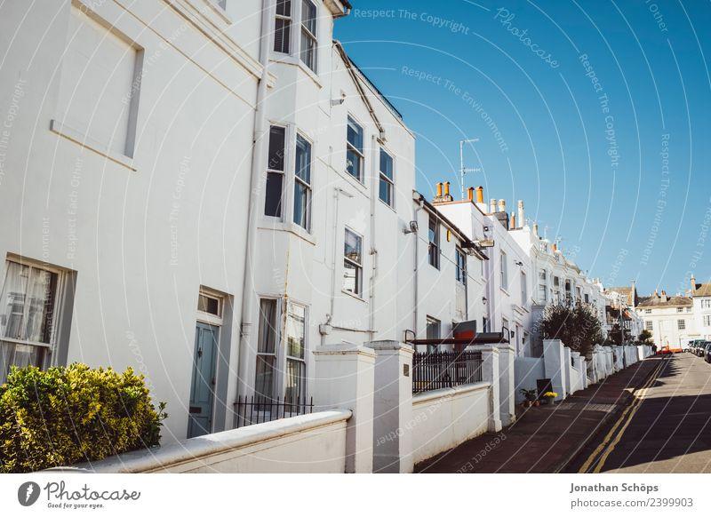 Straße mit weißen Fassaden in Brighton Stadtzentrum Altstadt Haus Bauwerk Gebäude Architektur ästhetisch England Englisch hell Froschperspektive Fenster edel