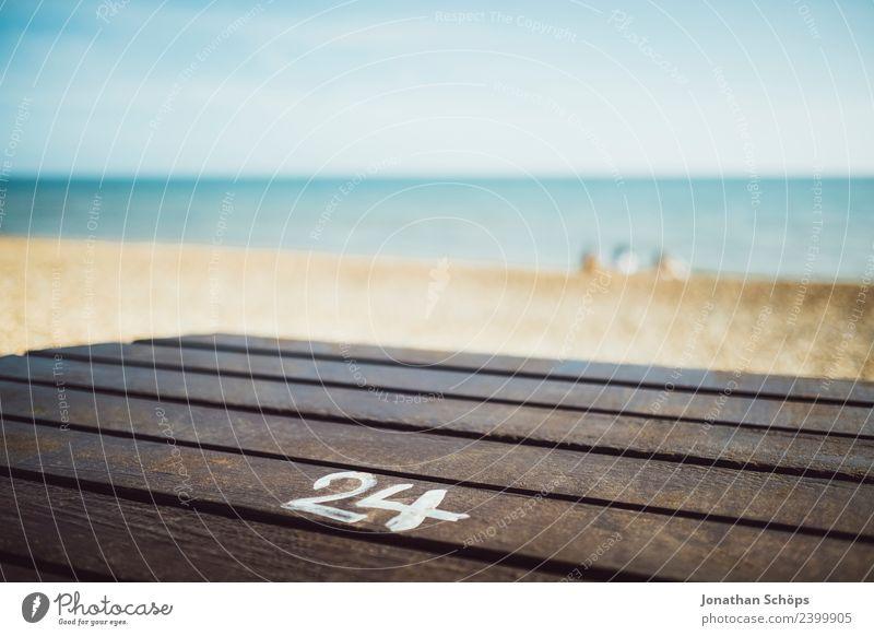 Adventskalender mit 24 Türchen Natur Landschaft Zufriedenheit Vorfreude Brighton Weihnachten & Advent Ziffern & Zahlen Typographie Strand Tisch Holztisch