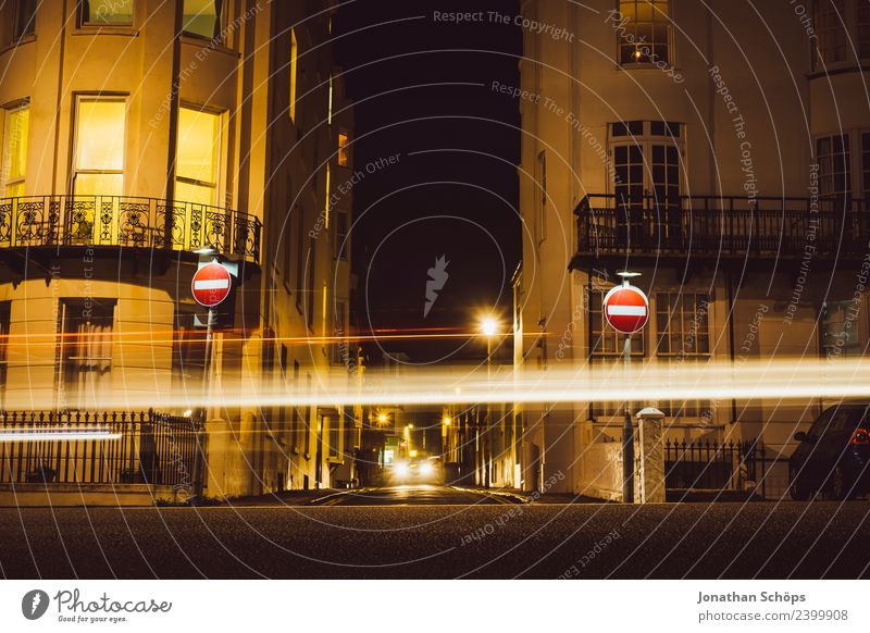 Einbahnstraße an Strandpromenade, Brighton, England Stadt Haus Ferne dunkel Straße Hintergrundbild Stadtleben PKW Verkehr ästhetisch Geschwindigkeit
