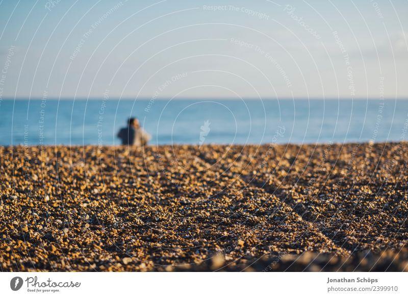 Pärchen sitzt am Strand Paar Partner 2 Mensch Natur Himmel Wolkenloser Himmel Wellen Küste Meer Steinstrand Brighton Großbritannien Europa Hafenstadt berühren