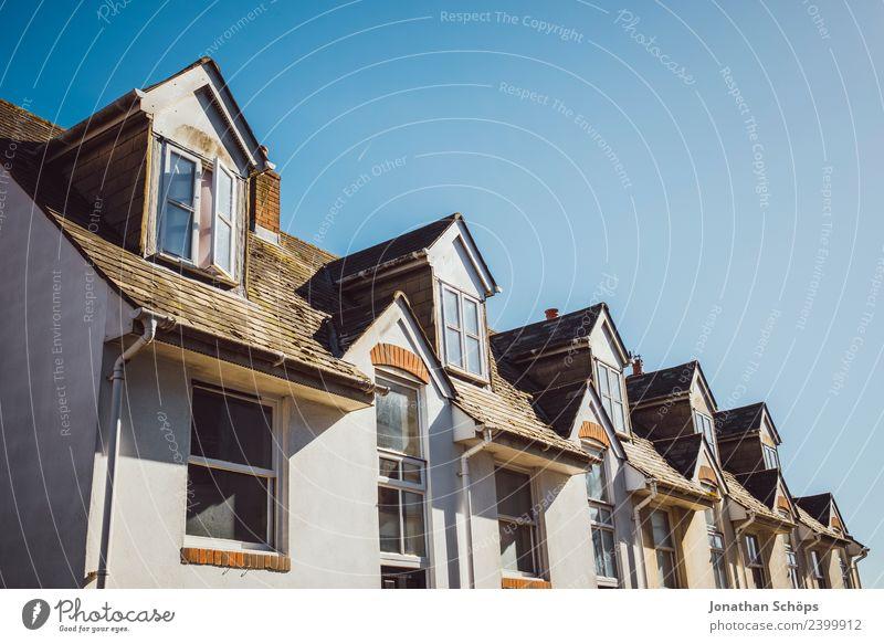 Über den Dächern II Himmel Sommer Stadt Haus Fenster Architektur Gebäude Fassade Zufriedenheit Luft ästhetisch Europa Wolkenloser Himmel Symmetrie Englisch