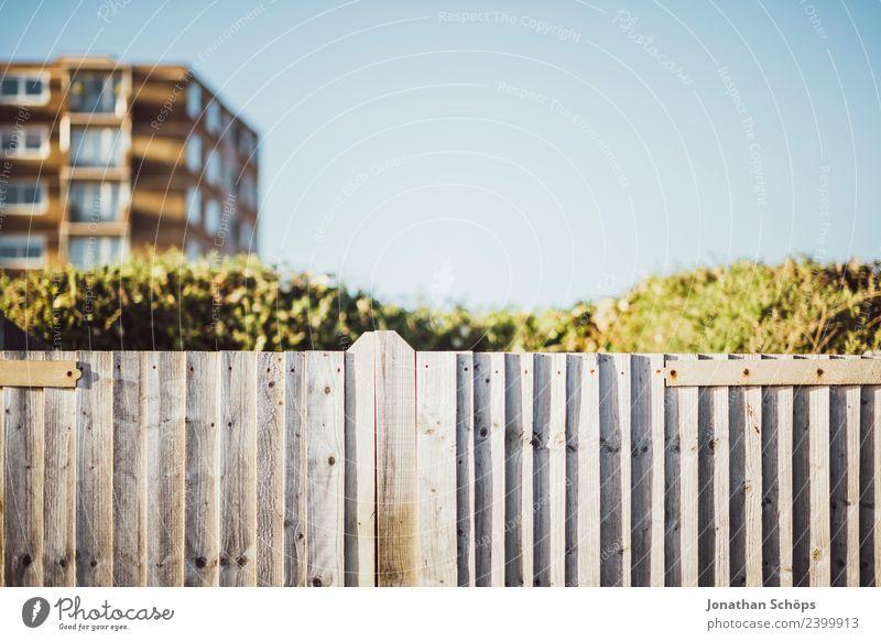 Holzzaun in England Himmel Stadt Haus Architektur Gebäude Park ästhetisch Platz Bauwerk Zaun Grenze Barriere Geometrie Stadtrand Großbritannien