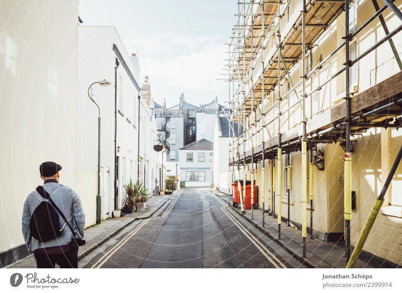 Tourist läuft durch die Innenstadt Brightons Mensch Ferien & Urlaub & Reisen Mann Stadt Haus Erwachsene Lifestyle Wege & Pfade Stil Tourismus Ausflug