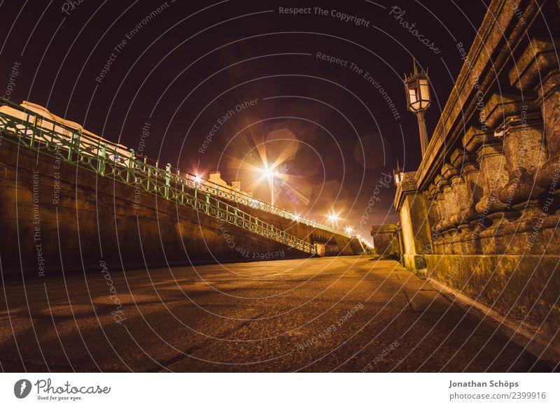 Straße bei Nacht am Brighton Beach, Brighton, England Stadt Ferne dunkel Hintergrundbild Mauer ästhetisch Straßenbeleuchtung Laterne aufwärts Nachtleben