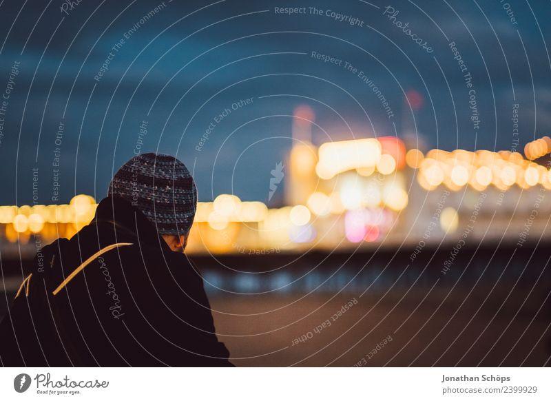Tourist schaut nachts über die Seebrücke Mensch Ferien & Urlaub & Reisen Stadt Erholung Einsamkeit Ferne Lifestyle Traurigkeit Küste Tourismus Freiheit Ausflug