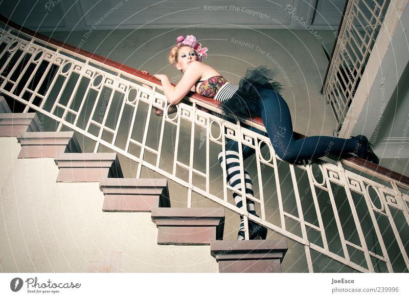#239996 Frau schön Freude Erwachsene Spielen Architektur Stil Mode blond außergewöhnlich Treppe elegant gefährlich ästhetisch einzigartig festhalten