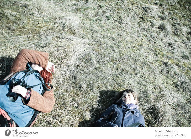 Spiekeroog | entspannte Grüße, Frollein Mensch Frau Erwachsene Gras Zufriedenheit liegen schlafen Pause Fotokamera genießen verstecken Müdigkeit Fotograf