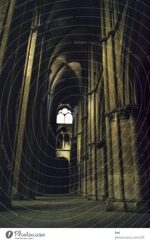 KircheFrankreich Fototechnik Religion & Glaube Dom Kathedrale Säule Säulenkapitell historisch Historische Bauten Hochformat Kirchenfenster erhaben