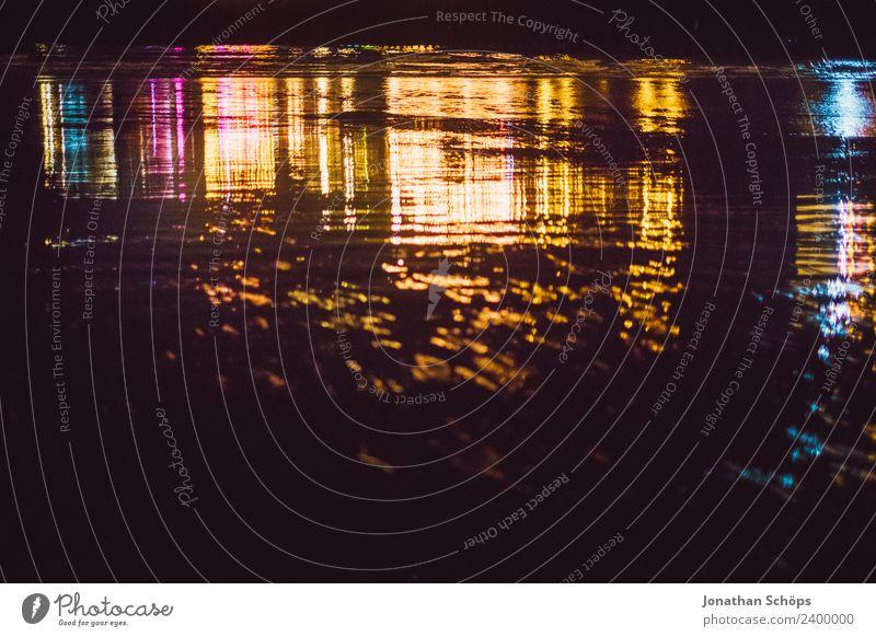 abstrakte farbige Reflexionen auf dem Wasser am Strand Meer dunkel Hintergrundbild Küste See Schwimmen & Baden Wellen ästhetisch Wasseroberfläche Nachtleben