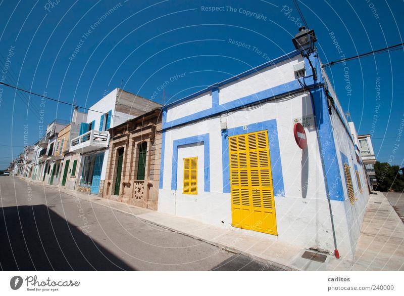 Siesta Wolkenloser Himmel Sommer Schönes Wetter Kleinstadt Haus Mauer Wand Fassade Fenster Tür Straße alt leuchten ästhetisch eckig einfach exotisch blau gelb