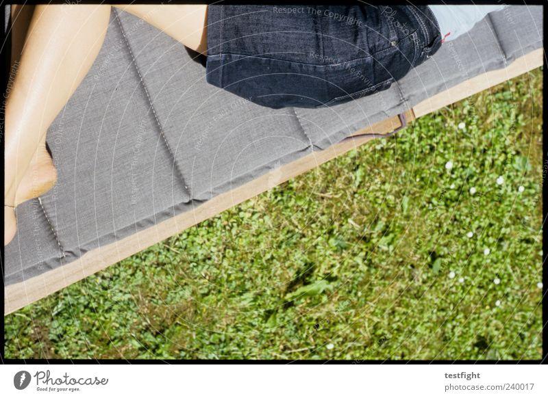 weiter liegen Sommer Sonnenbad feminin Haut Gesäß Beine 1 Mensch Erholung schlafen natürlich dünn blau grün Zufriedenheit Rock Jeansrock Farbfoto Außenaufnahme