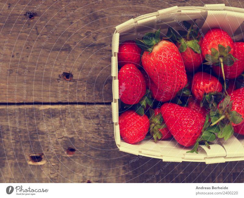 Leckere Erdbeeren im Korb Frucht Dessert Bioprodukte Vegetarische Ernährung Diät Gesunde Ernährung Sommer Natur lecker rot raw red ripe rustic strawberries