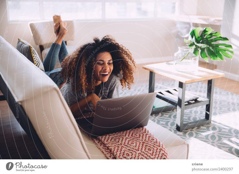 Frau Pflanze schön grün Haus Erwachsene Lifestyle Glück Arbeit & Erwerbstätigkeit hell Dekoration & Verzierung Technik & Technologie Lächeln Computer Liege
