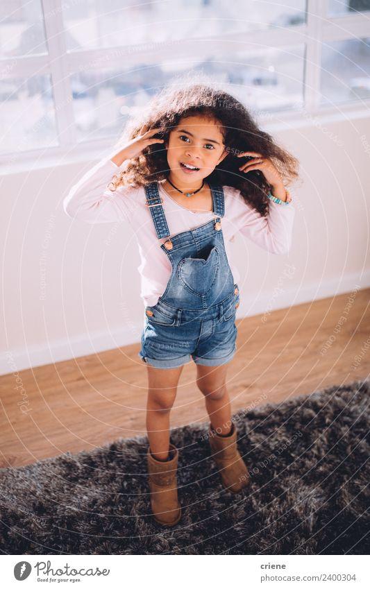 afrikanisches kleines Mädchen, das zu Hause auf einem Teppich steht. Glück schön Kind Kindheit stehen niedlich Einsamkeit heimwärts Amerikaner Afrikanisch