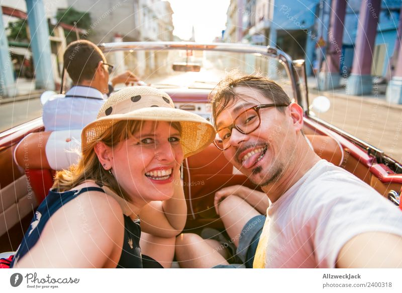 Selfi von jungem Paar auf dem Rücksitz eines Cabriolet Oldtimers Ferien & Urlaub & Reisen Junge Frau Sommer Stadt Junger Mann Sonne Freude Reisefotografie