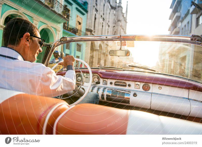 Mann am Steuer eines Oldtimers Kuba Havanna Insel Ferien & Urlaub & Reisen Reisefotografie Ausflug Sightseeing fahren Ausfahrt Rücksitz Straße Stadt