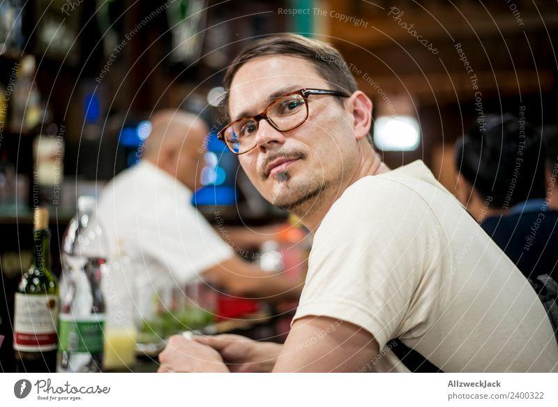 Portrait junger mann mit Brille an einer Bar Kuba Havanna Junger Mann Brillenträger Blick nach vorn Zufriedenheit verträumt träumen nachdenklich beobachten