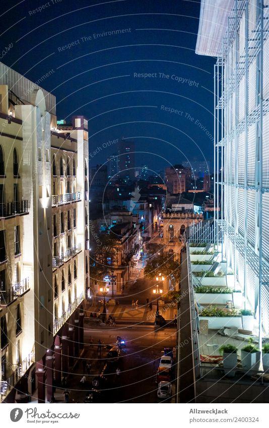 Havanna bei Nacht Kuba Nachtaufnahme Hotel Skyline Licht Fassade Wohnhochhaus Hochhaus Beleuchtung Menschenleer Nachtleben Blauer Himmel Aussicht Fensterblick