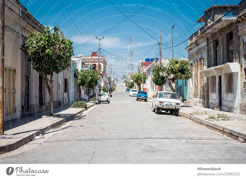 Mittagssonne auf den Straßen von Cienfuegos Ferien & Urlaub & Reisen Sommer Stadt Einsamkeit ruhig Reisefotografie PKW trist leer Wohnhaus heiß Kuba Stillleben