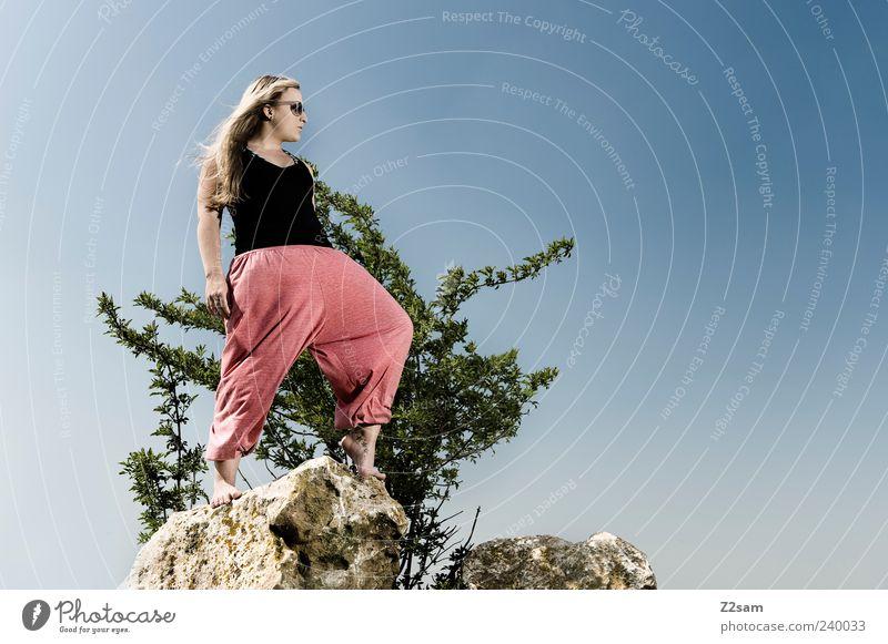 gipfelstürmerin Mensch Natur Jugendliche Sommer schwarz Erwachsene feminin Stil Mode Junge Frau Felsen blond rosa frei 18-30 Jahre stehen